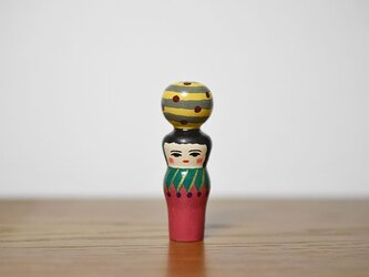 くびれた球体者(黄色グレーよこじま)の画像