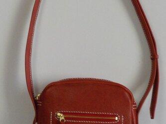 手縫い 赤の牛革で出来た丸みをおびたショルダーバッグの画像