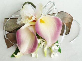 カラーとトルコキキョウの髪飾り・コサージュの画像