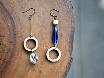 チェコガラスと丸い木のピアス(ブルー)の画像