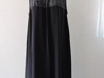 着物リメイク:Aラインワンピース(黒の絞り)の画像
