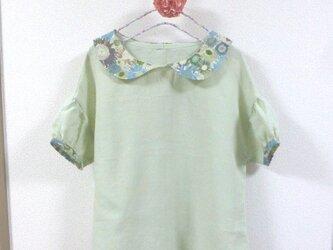 若草色リネンシャンブレーxリバティー風花柄  丸襟オフショルダーパフ袖ブラウス の画像