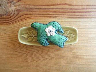 鳥さんブローチ 緑に紺、お花ベージュの画像