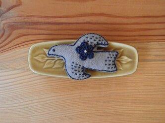 鳥さんブローチ グレー、お花ネイビーの画像