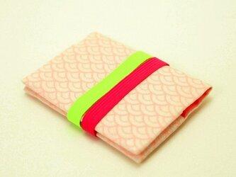 地曵いく子プロデュース 青海波文×桜桃色 きものカードケース(パッショングリーン×ローズピンクゴムバンド付)の画像