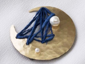 手紡ぎ藍染糸のブローチの画像
