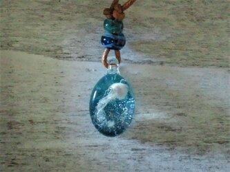 海を舞う海月のネックレスの画像