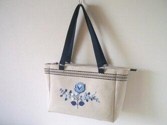 青い花刺繍のバッグの画像
