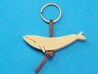 シロナガスクジラ 木のキーリングの画像