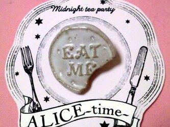 """""""EAT ME"""" クッキー ブローチの画像"""