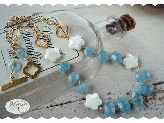 アクアマリンとシェルフラワーのネックレスの画像