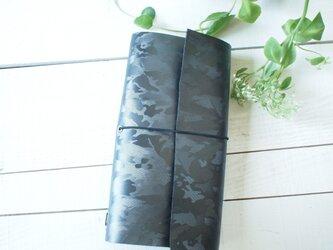 本革A5変形 黒ミリタリーの手帳カバー まっすぐだけれど自然な切り口の画像