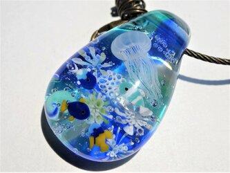 《しましまクラゲと熱帯魚》バッグチャーム とんぼ玉 ガラス キーホルダー の画像