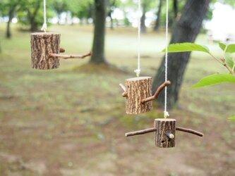 小枝たちの流木モビール「仲良し三人組」茶色の画像