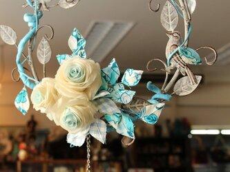 リバティ生地の葉っぱの付いたブルーの絹薔薇のリースの画像