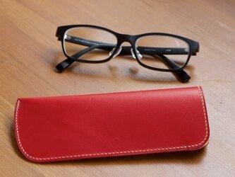スリムなレッドのメガネケースの画像