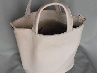 白いシボのある牛革トートバッグの画像
