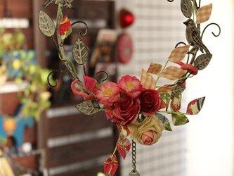 リバティ生地の葉っぱの付いたピンクとレッドの絹薔薇のリースの画像