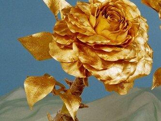 大輪の金箔の薔薇のオブジェの画像