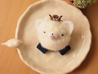 ふんわりブローチ*王冠をかぶった白柴犬*シックなリボンの画像