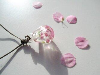 桜 ... 雫のアロマペンダントの画像