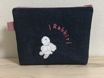 手刺繍のウサギのポーチの画像