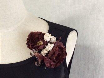 布花 シックな薔薇コサージュの画像