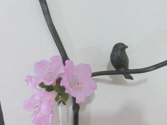 枝と小鳥の一輪挿し 壁留めタイプの画像