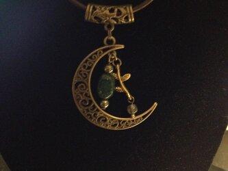 森林浴の癒し〜アベンチュリンとラブラドライトの月のネックレスの画像