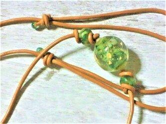 箔入り極小海月2匹の丸蜻蛉玉ネックレスの画像