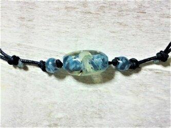 蓄光☆箔&星の砂入り海月の蜻蛉玉ネックレス(ネイビー)の画像