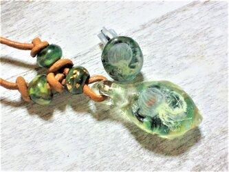 蓄光☆箔入りナミマガシワの透ける手描き海月のネックレス&片ピアスセットの画像