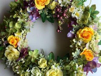 黄色いバラとミニベリーのリースの画像