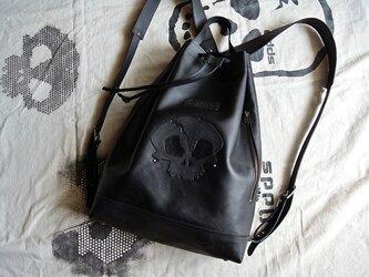 スカル、黒のバックパック。の画像