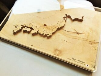 【送料無料】一枚板から製作した木製の日本地図パズル アクリル製の蓋カバー+真鍮製のスタンド付きの画像