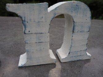 ブルー×ホワイト アンティーク風 「n」の画像