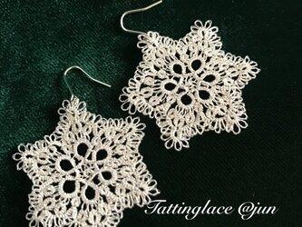 銀のタティングレース 雪の結晶ピアスの画像