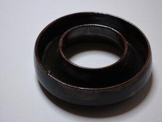 黒釉ドーナツ型花器の画像