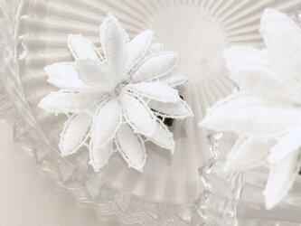 お花柄ホワイトレースのヘアクリップの画像