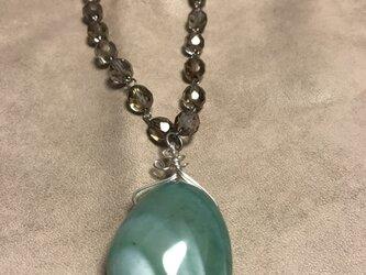 グリーンメノウとチェコカットガラスのネックレスの画像