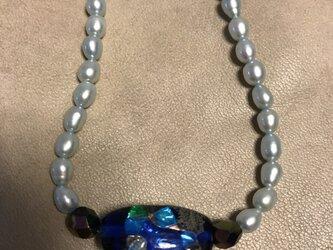 手巻きガラスと淡水パールのネックレスの画像
