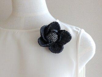 ニット・花のブローチの画像