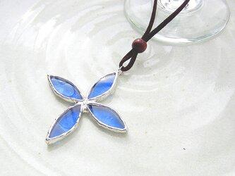 ステンドグラスのネックレス・青のウィングの画像