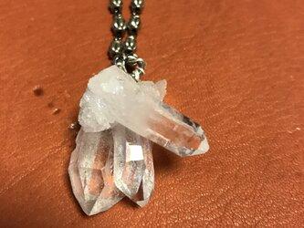 水晶クラスターマスコンサガ20ホワイトとメタルのネックレスの画像