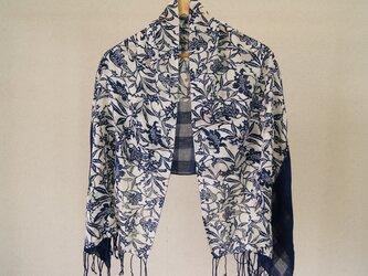 藍の型染め綿ショールの画像