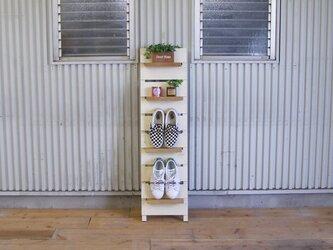 大きさに合わせて棚間隔が変えられる壁掛けシューズラックの画像