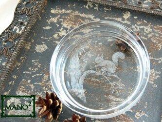 子リスと木の実皿の画像