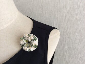 布花 円形ブローチ 白とグリーンの画像