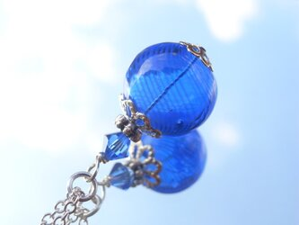 夏祭りのヨーヨーの様な紺色ストライプの吹きガラスのネックレス 小玉の画像