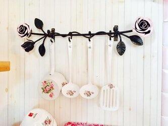 アイアン 薔薇のキッチンツール 4連フック 鉄製 キーフック 壁掛け ウォールハンガー アンティーク調 バラ つる薔薇の画像